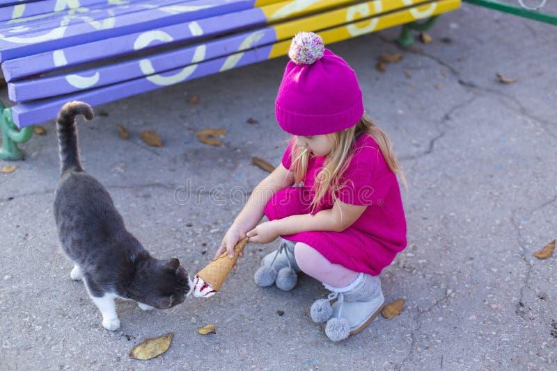 Rolig liten flicka med katten arkivbild