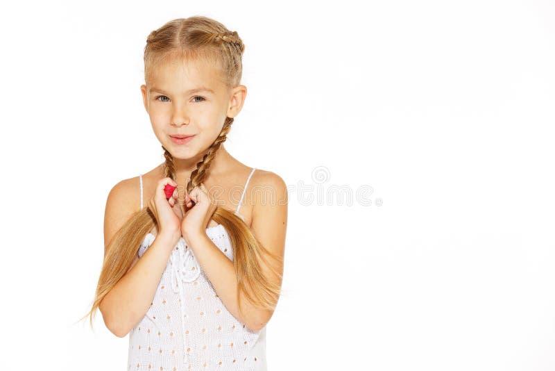 Rolig liten flicka med pigtails royaltyfri foto