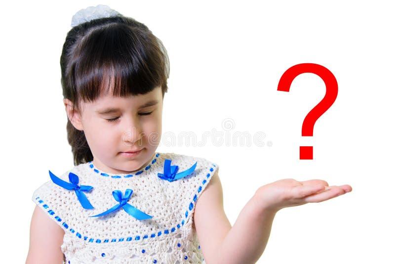 Rolig liten flicka med stängda ögon markera frågan Stående på vit bakgrund royaltyfri foto