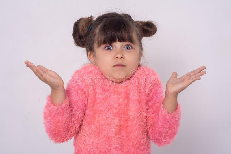 Rolig liten unge med händer som ger val universitetsl?raren vet jag t arkivfoton