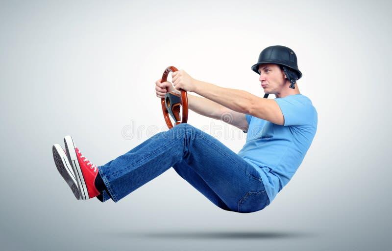 Rolig man i hjälmbilchaufför med trästyrninghjulet arkivfoto