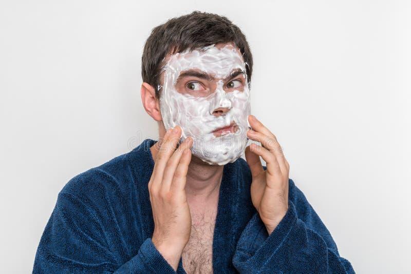 Rolig man med den naturliga vita kräm- maskeringen på hans framsida royaltyfri fotografi