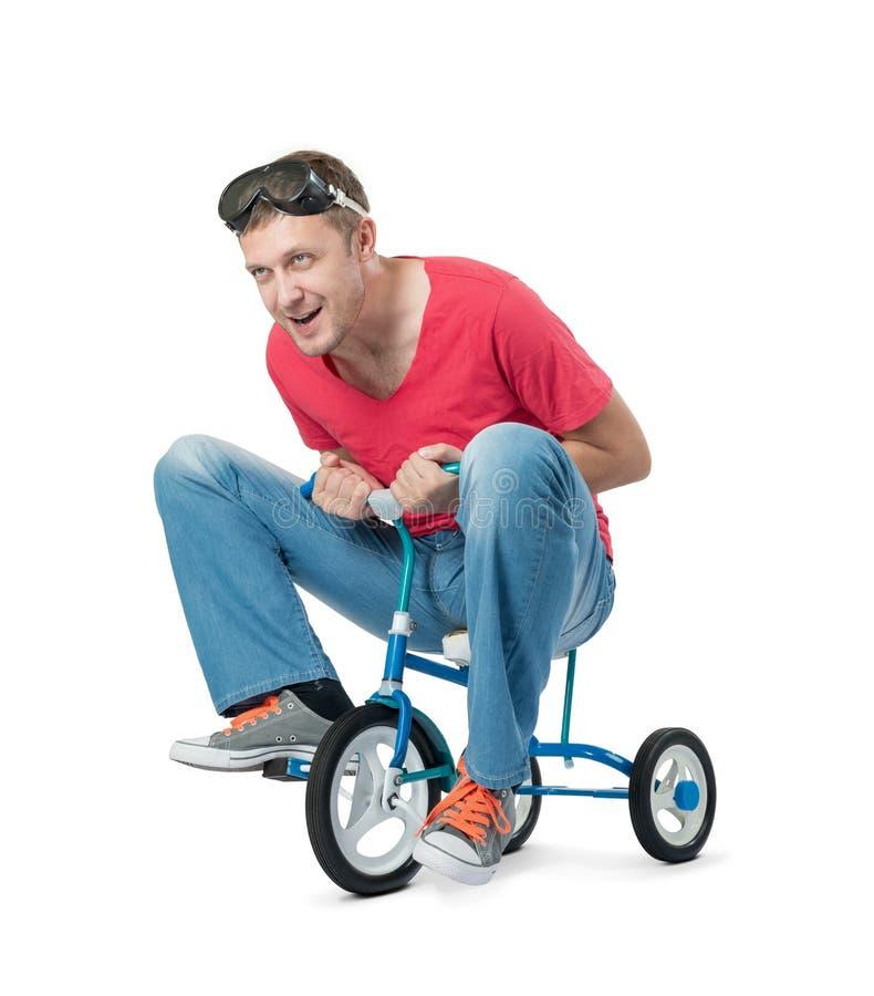 Rolig man på en cykel för barn` som s isoleras på vit bakgrund royaltyfri bild
