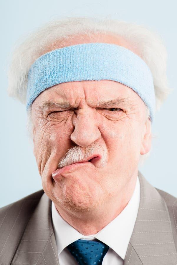 Bakgrund för blått för definition för kick för rolig manstående verkligt folk arkivbild