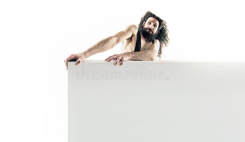 Rolig nerd som rymmer ett tomt bräde isolerat på vit bakgrund arkivbild