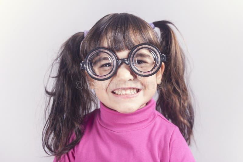Rolig nerdy liten flicka royaltyfria bilder