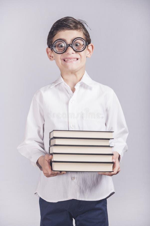 Rolig nerdy liten skolapojke arkivfoton