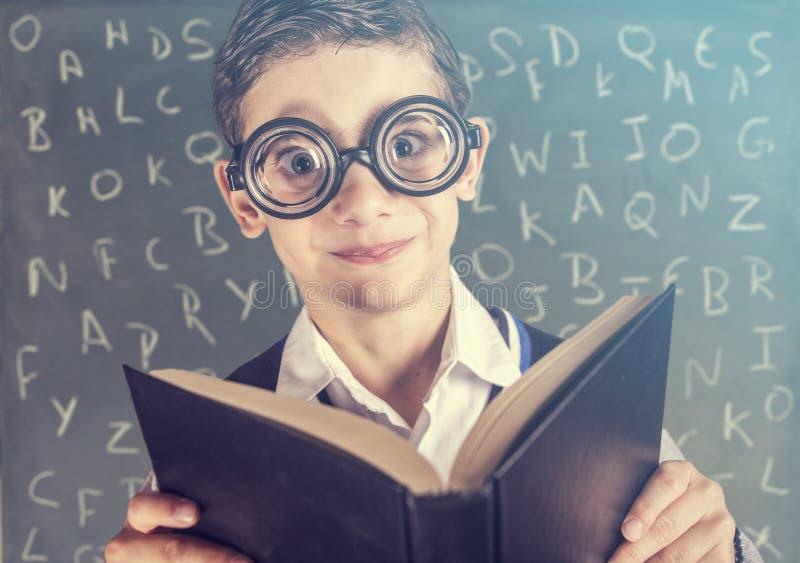 Rolig nerdy skolapojke royaltyfri fotografi