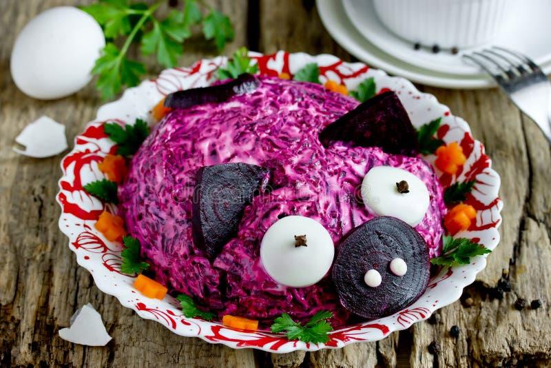 Rolig och sund mat för barnparti - grönsaksallad formade det roliga rosa svinet royaltyfri foto