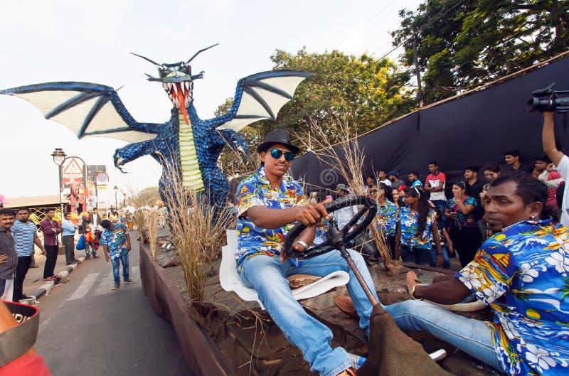 Rolig plattform med den blåa draken som kör på den fullsatta gatan under den traditionella Goa karnevalet arkivbild