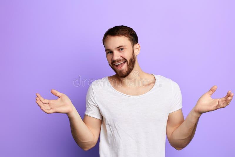 Rolig positiv lycklig man som hälsar folk med lyftta armar arkivfoto