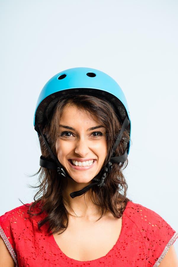 Rolig kvinna som ha på sig cykla def för kick för hjälmstående verkligt folk arkivbild