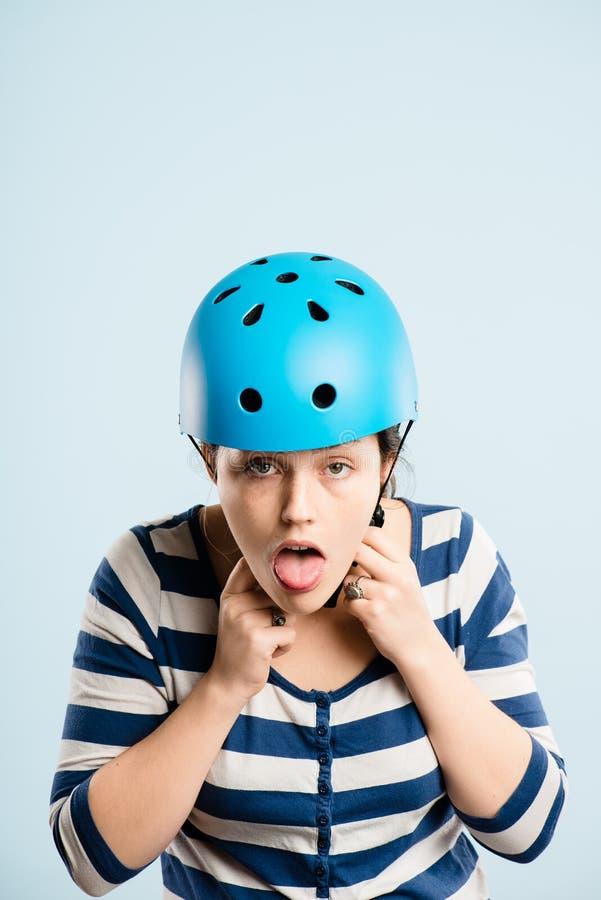 Rolig kvinna som ha på sig cykla def för kick för hjälmstående verkligt folk fotografering för bildbyråer