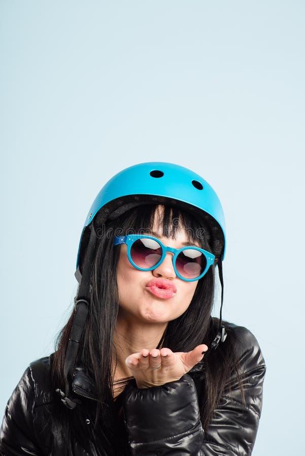 Rolig kvinna som ha på sig cykla def för kick för hjälmstående verkligt folk royaltyfri foto