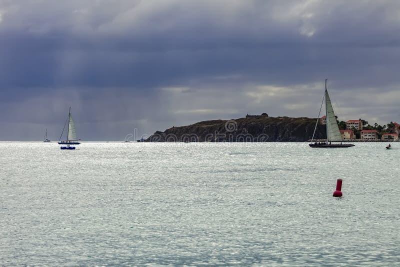Rolig segling i St Maarten som är karibisk royaltyfria foton