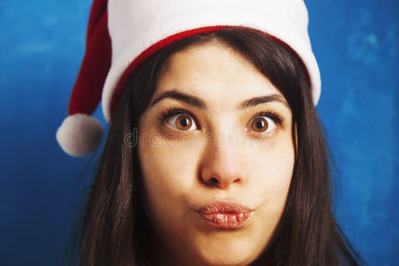 Rolig skratta julflicka med röda fluffiga Santa Hat New Yea arkivbild