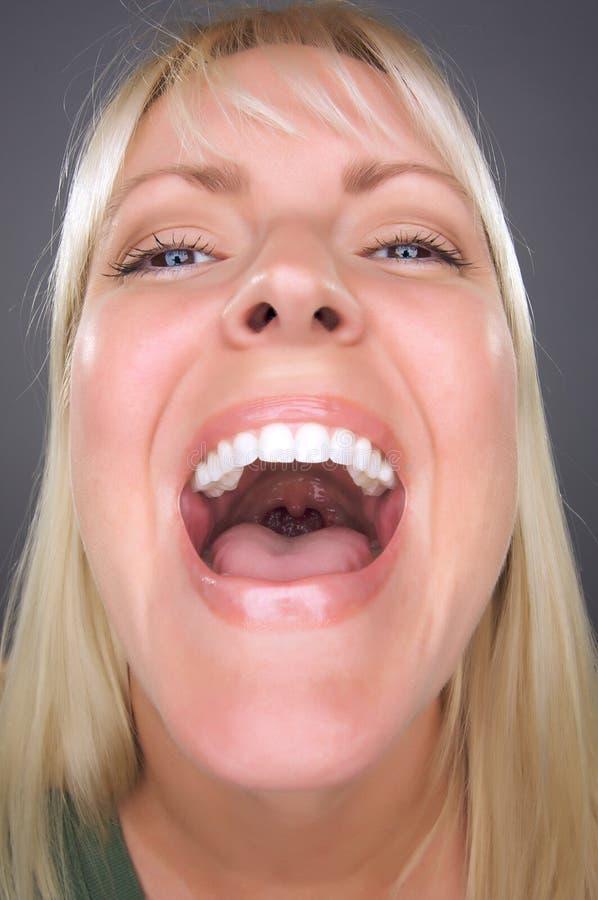 rolig skratta kvinna för blond framsida fotografering för bildbyråer