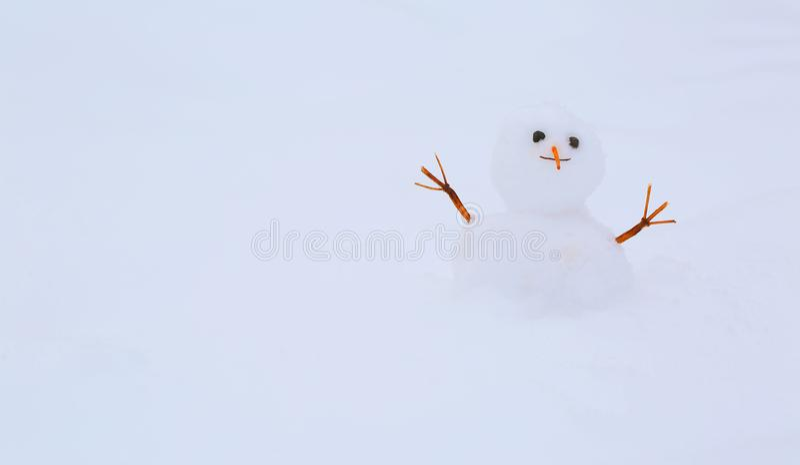 Rolig snögubbe på snöbakgrund royaltyfria bilder
