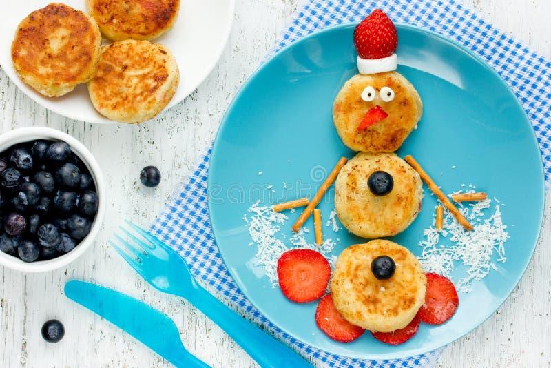 Rolig snögubbepannkakafrukost för ungar royaltyfri bild