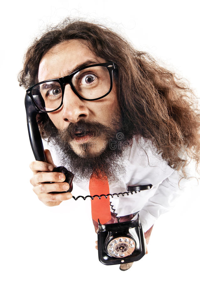 Rolig stående av en nerd som talar på telefonen royaltyfri fotografi