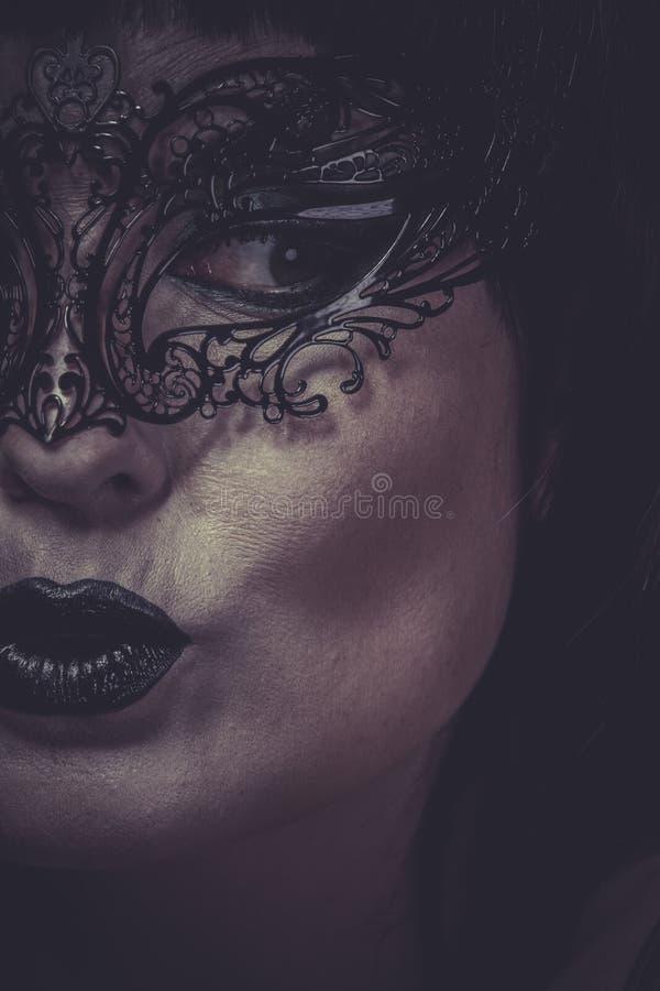 Rolig stående av kvinnan med svarta den Venetian maskeringstråden royaltyfri fotografi