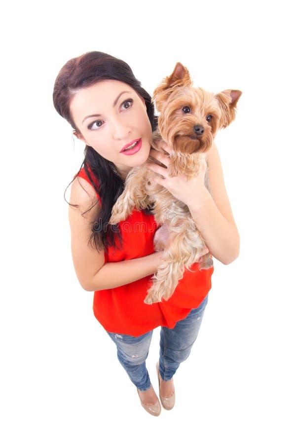 Rolig stående av kvinnan som rymmer den lilla hunden royaltyfri bild