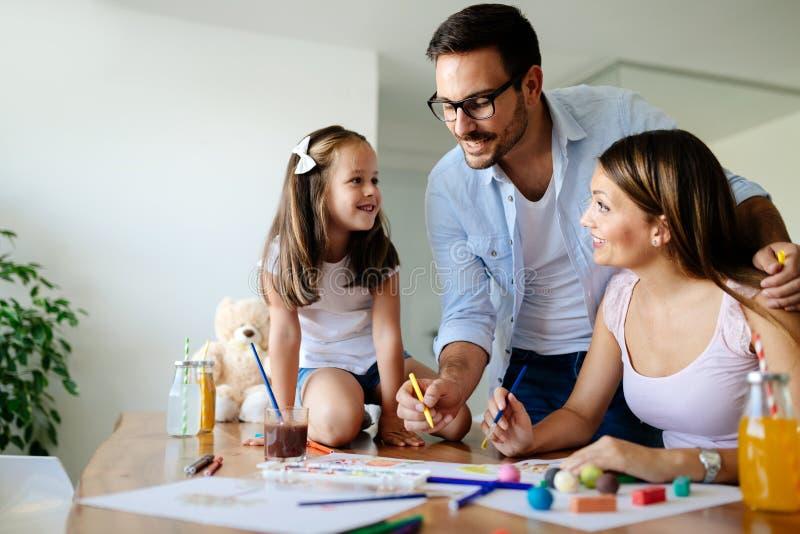 Rolig tid för lycklig familiy utgifter hemma royaltyfri foto