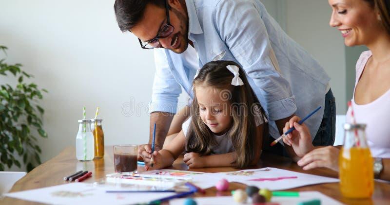 Rolig tid f?r lycklig familiy utgifter hemma royaltyfri fotografi