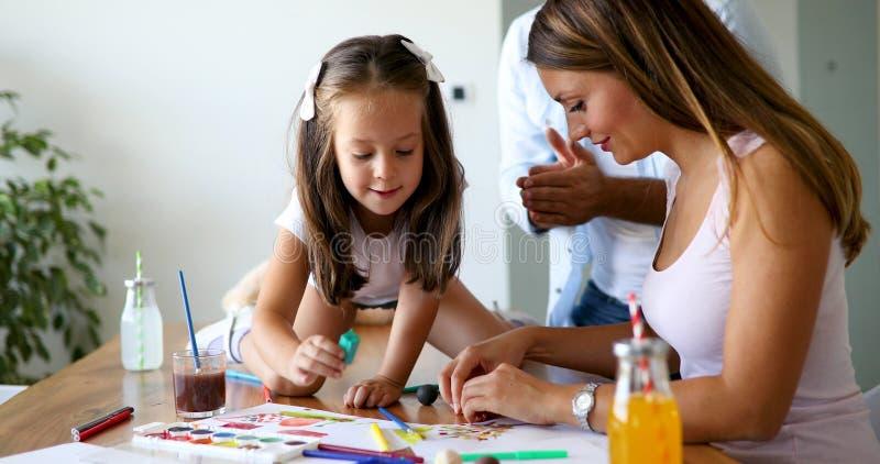 Rolig tid f?r lycklig familiy utgifter hemma royaltyfri bild
