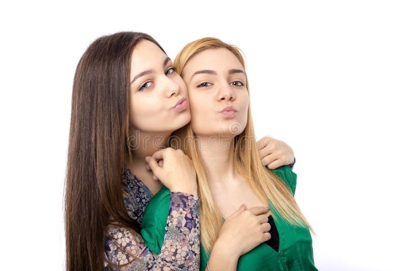 Rolig tillgiven tonårs- vän-blondin två och brunett fotografering för bildbyråer
