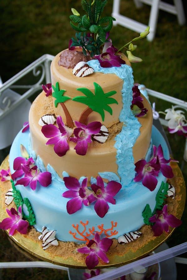 Rolig tropisk strandbröllopstårta royaltyfria bilder