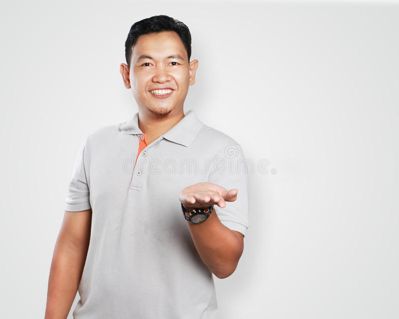 Rolig ung asiat öppna Guy Showing His Left Palm royaltyfri fotografi