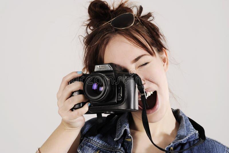 Rolig ung flicka med fotokameran Med entusiasm på hennes framsida royaltyfria foton