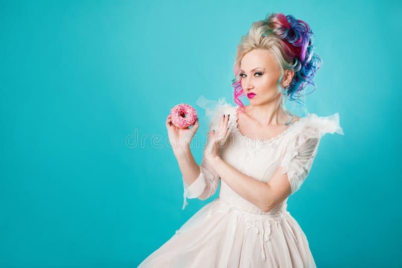 Rolig ung kvinna med kulört hår Att ge upp sötsaker, bantar utan snabba carbs fotografering för bildbyråer