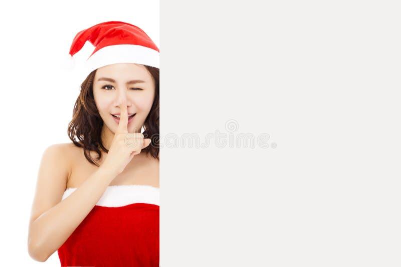 Rolig ung kvinna som gör en gest med ett vitt bräde royaltyfri fotografi