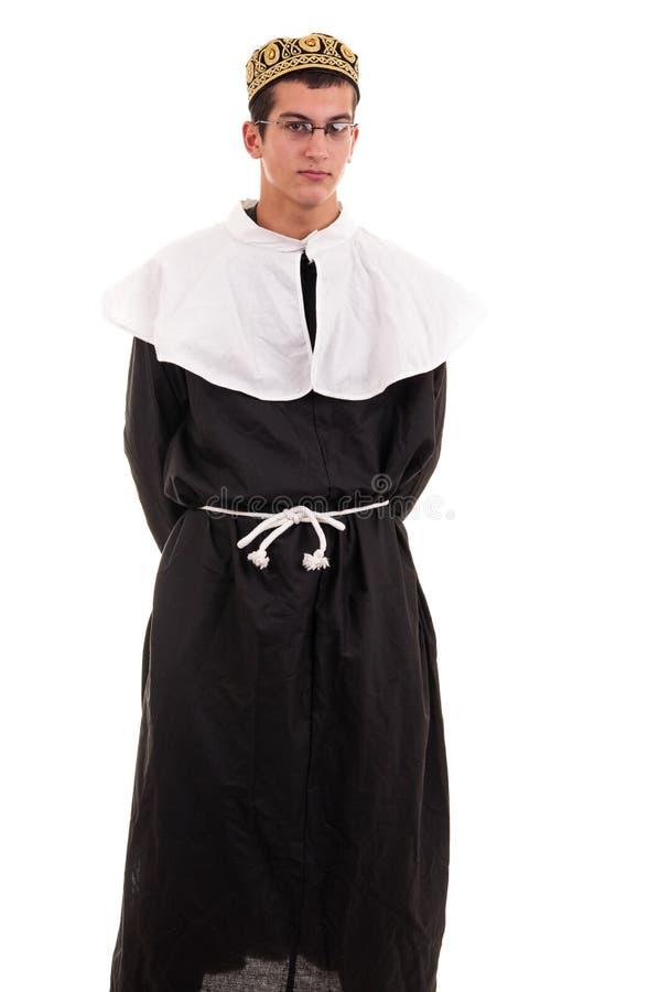 Rolig ung man som kostymeras i nunnan för gyckel royaltyfria bilder