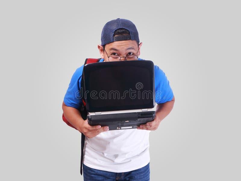 Rolig ung studentSmiling Shy With bärbar dator arkivbilder