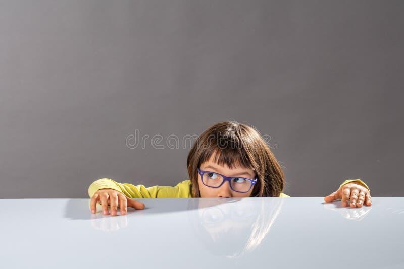 Rolig unge med glasögon som döljer halva av framsidan för att fly fotografering för bildbyråer
