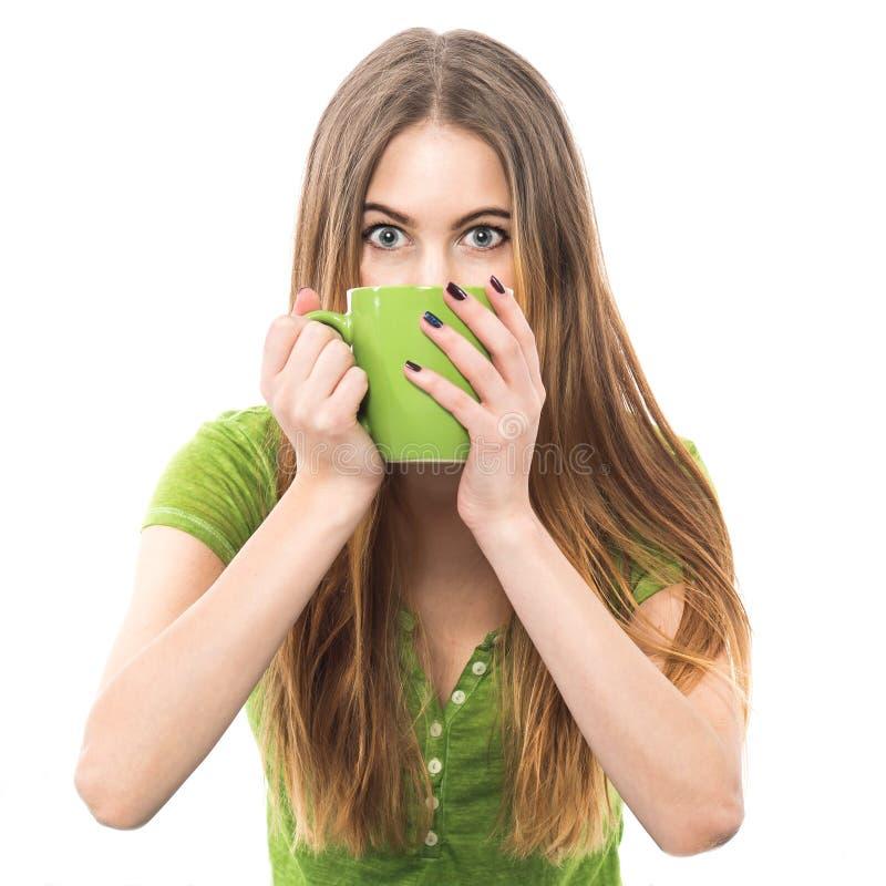 Rolig upphetsad kvinna som dricker kaffe och försöker att vakna upp arkivbilder