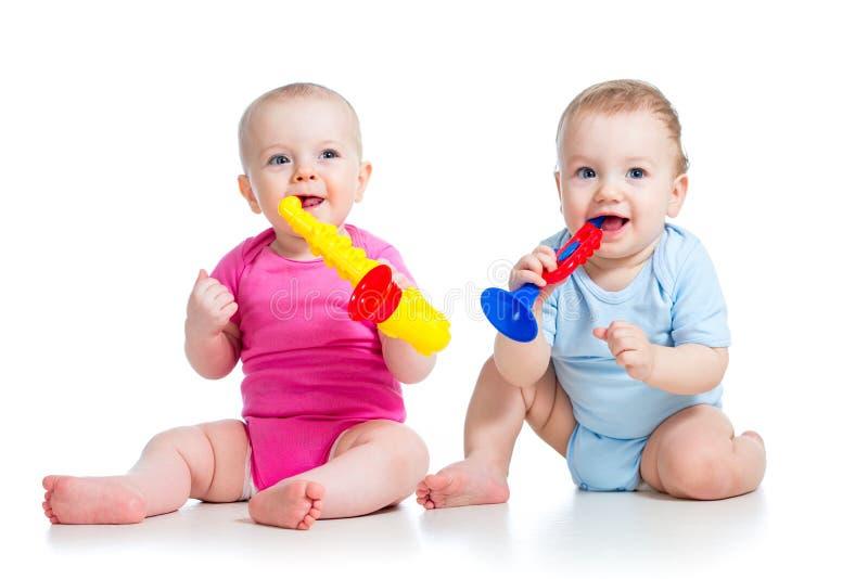 Roliga barnungar flicka och pojkelek royaltyfri foto