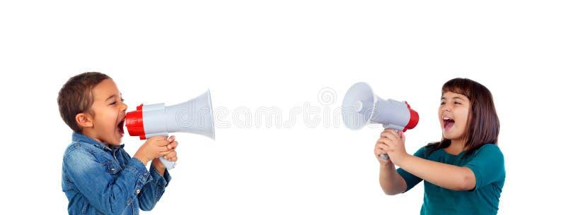 Roliga barn som ropar till och med en megafon royaltyfri bild