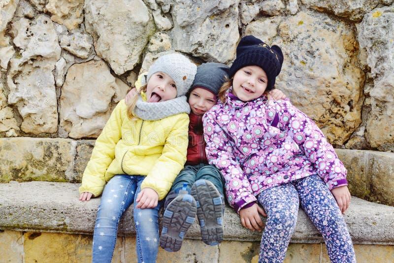 Roliga barn utomhus royaltyfria bilder