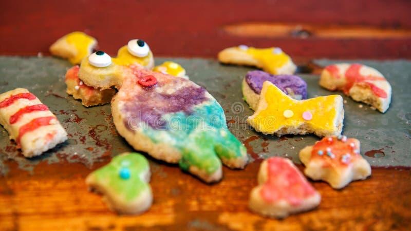 Roliga färgrika kakor på den lantliga trätabellen fotografering för bildbyråer