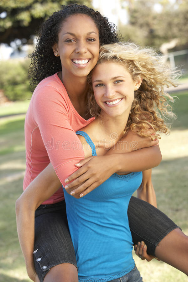 roliga flickor som har den tonårs- parken arkivfoton
