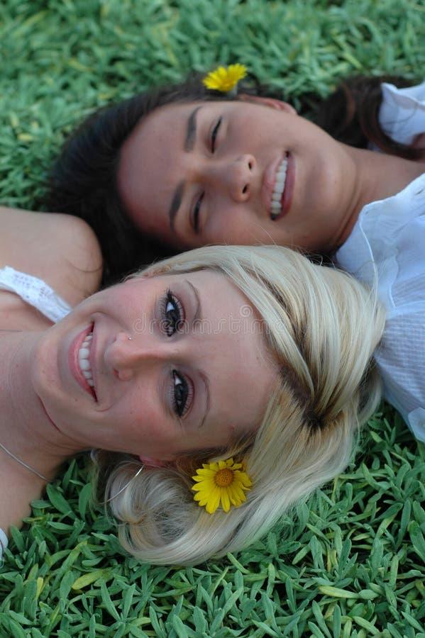 roliga flickor som har sommar två royaltyfri bild