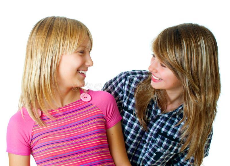 roliga flickor som har tonårs- arkivfoto