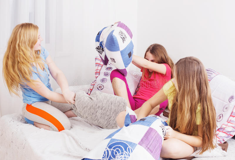 roliga flickor som har tonårs- fotografering för bildbyråer