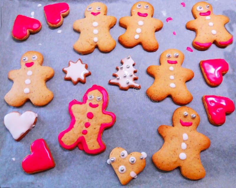Roliga kakor på bakningpapper arkivfoton