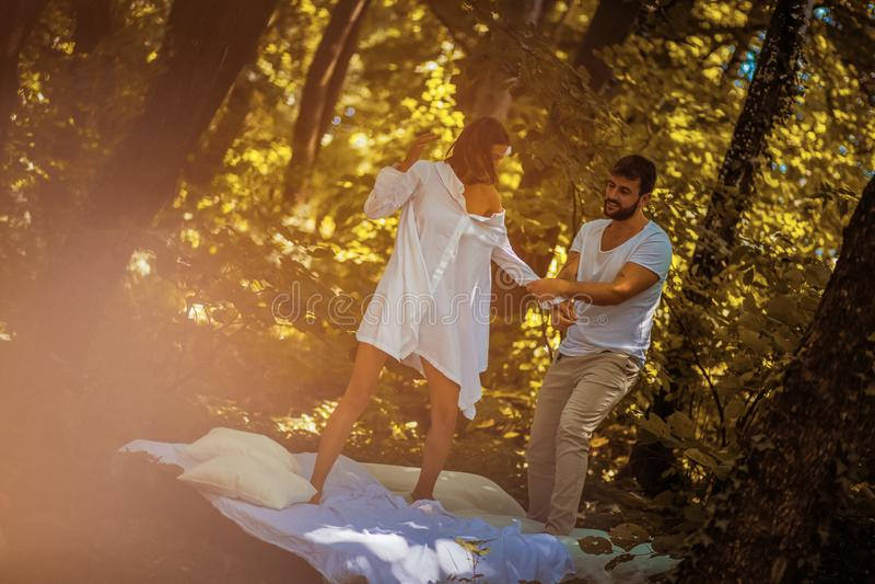 Roliga morgnar i natur med din förälskelse arkivbilder