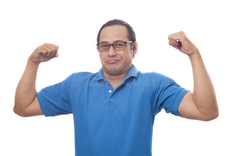 Roliga narcissistiska Guy Shows Double Biceps Pose arkivfoton